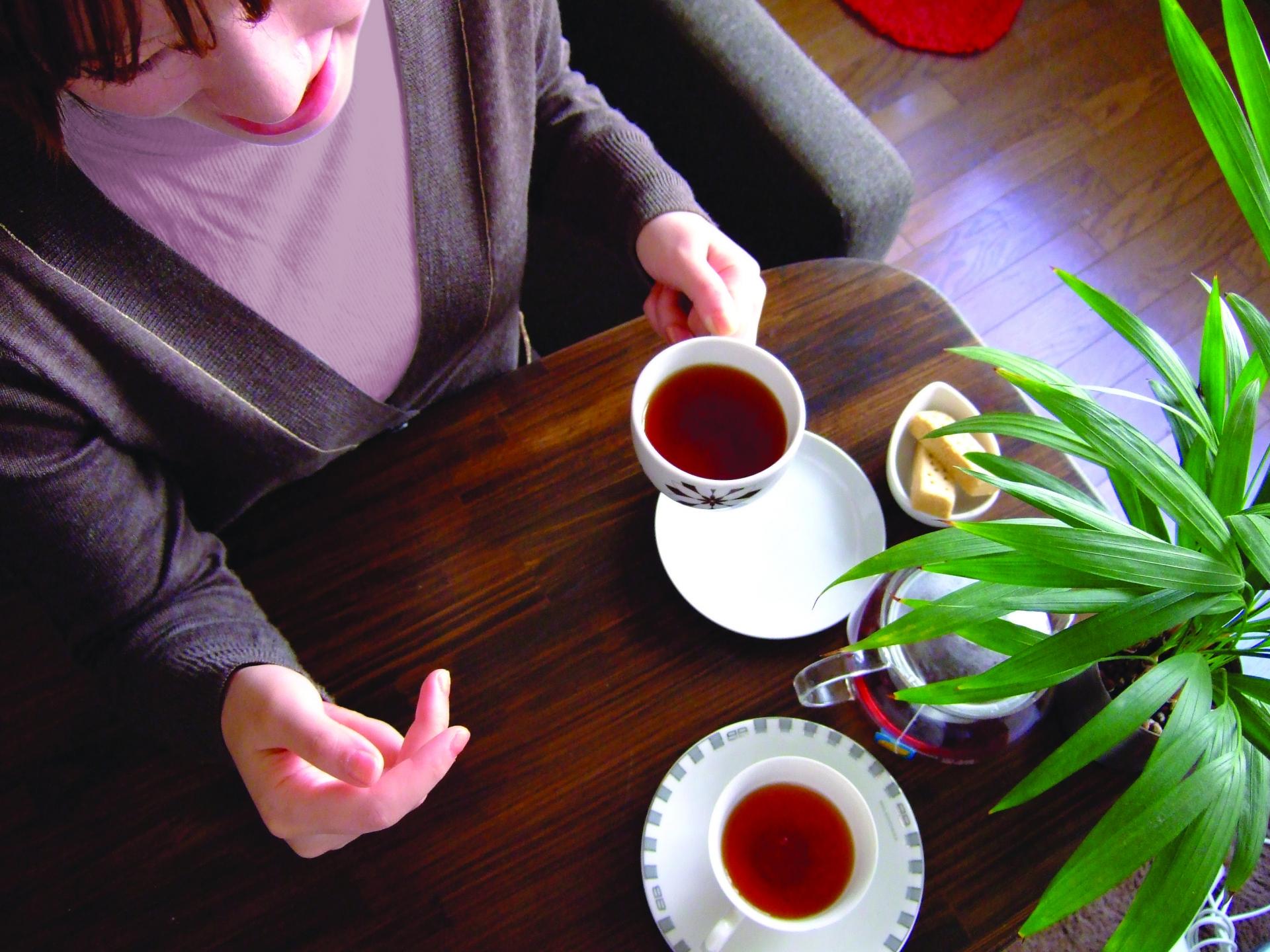 カフェで喋る女性
