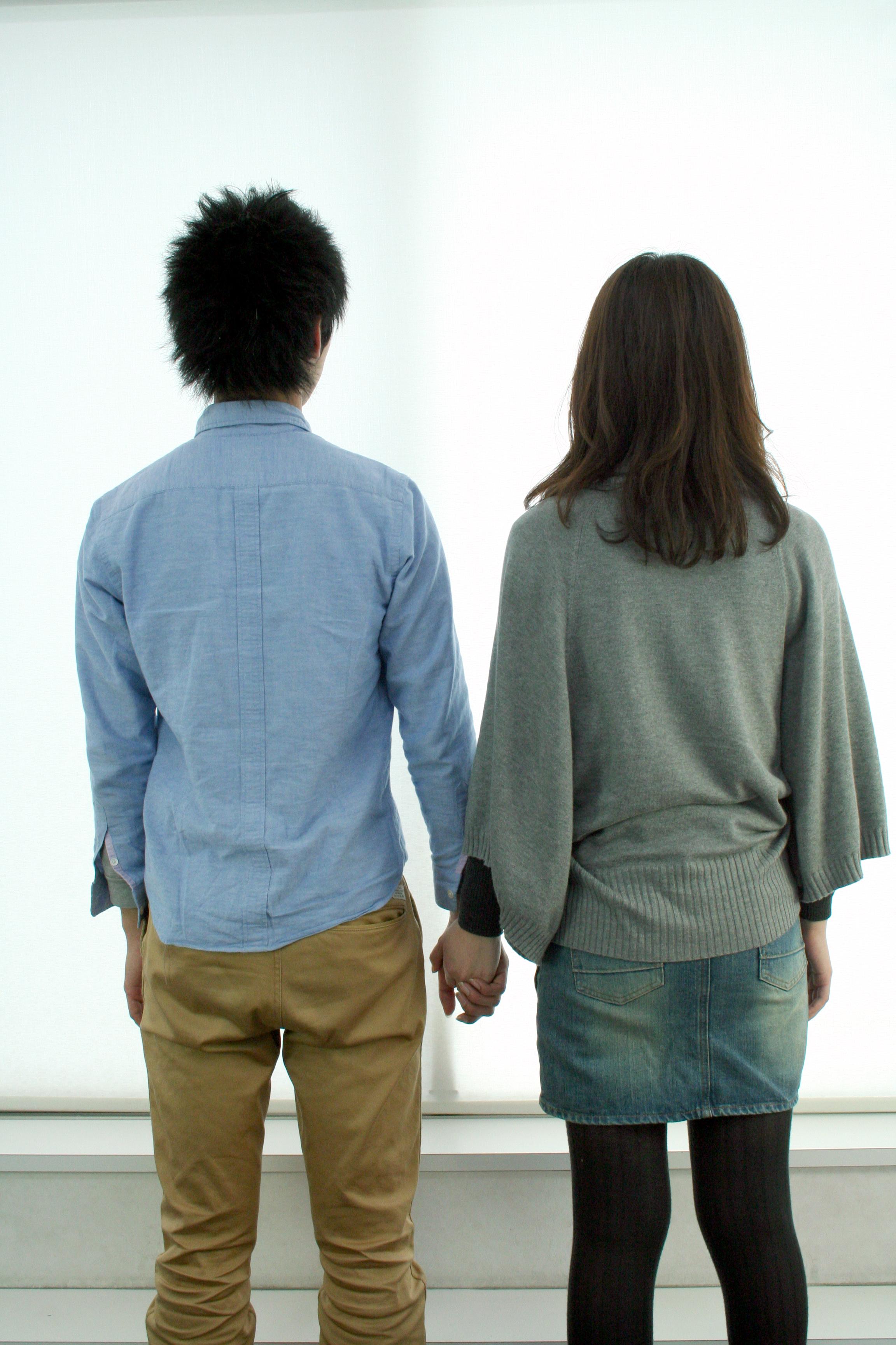 二人手をつなぐカップル